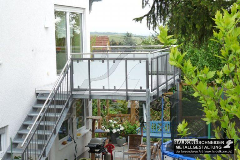 oben Balkon, unten Terrasse mit Überdachung
