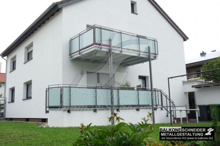 Dieser Anbaubalkon wurde an eine Fassade mit Vollwärmeschutz angebracht ohne die Isolierung des Hause zu beinträchtigen. Beim Geländer wurde eine Sichtschutzfüllung und ein Handlauf aus Edelstahl verwendet.