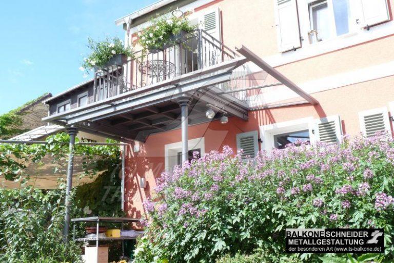 Dieser Balkon wurde von uns voll im Stil des Klassizismus entworfen: Balkon – Kassette – Boden. Beim Geländer wurde Vollstahl verwendet.