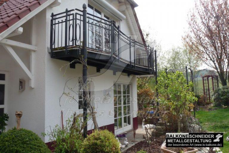 Handgeschmiedeter Balkon und Geländer im Landhausstil mit mediterranem Flair.