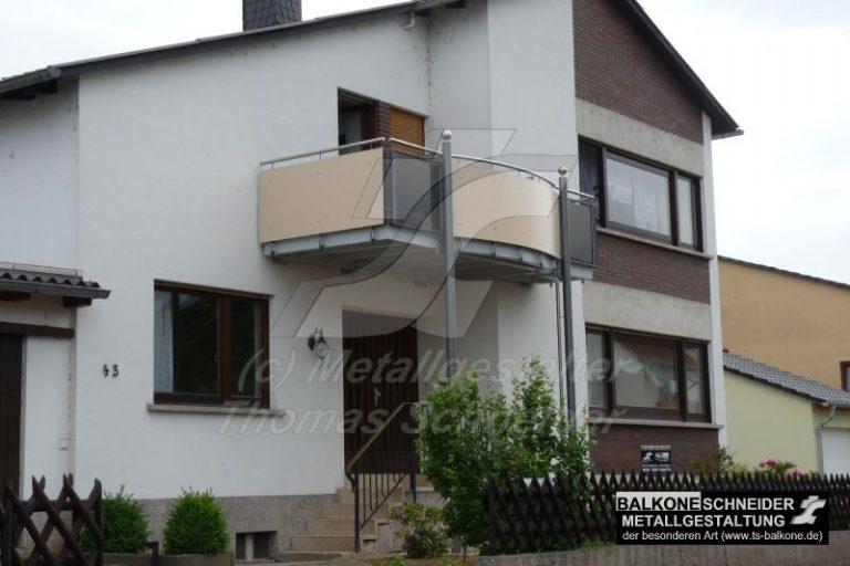 Die nüchterne Architektur der 70er wird durch einen individuellen Balkon von dem Balkonbauer Thomas Schneider positiv beeinflusst. Beim Geländer wird Sichtschutzverkleidung und Sicherheitsglas-Applikation eingesetzt.
