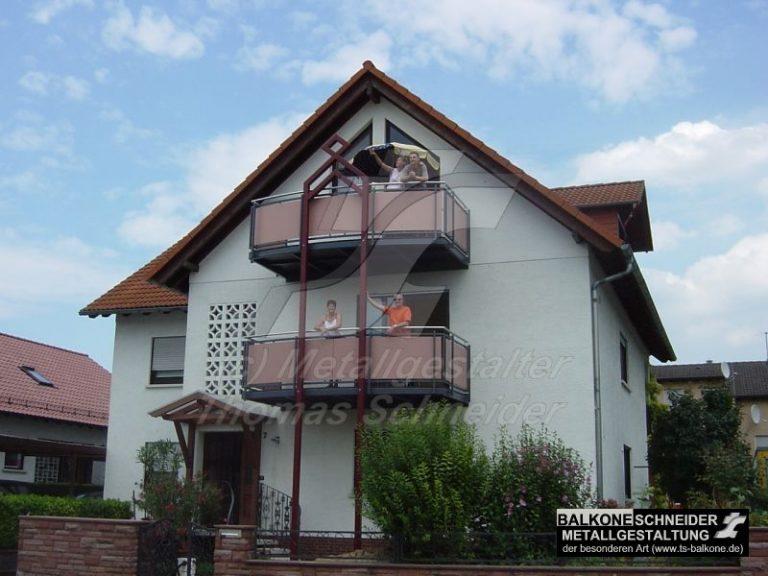 """""""Mehrgenerationenhaus"""" mit grandioser Aussicht und Geländer mit Sichtschutzfüllung. Die zentrale Stütze der Balkonanlage dient gleichzeitig als gestalterisches Element."""