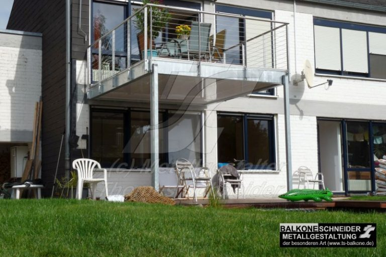 Moderner Balkon in zeitgenössischen Bauhausstil.