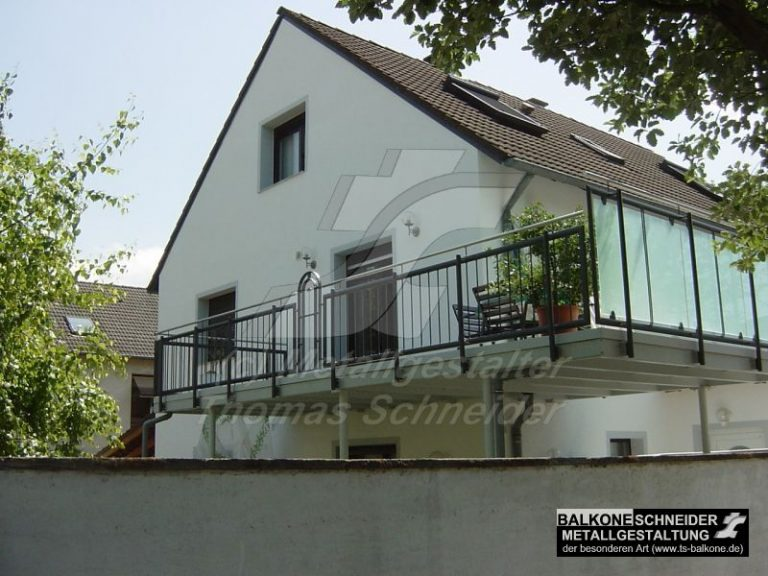 Dieser Anbaubalkon wird als Terrasse genutzt. Zur Straße wurde ein Geländer mit Sichtschutzfüllung verwendet.