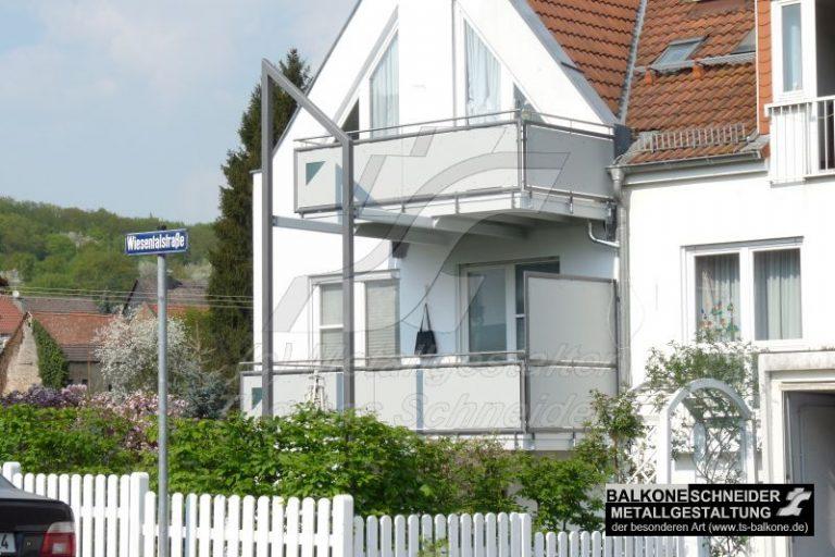 Zeit gemäßer Anbaubalkon im Einklang mit der Archetektur des Hause und sichtundurchlässigem Geländer.