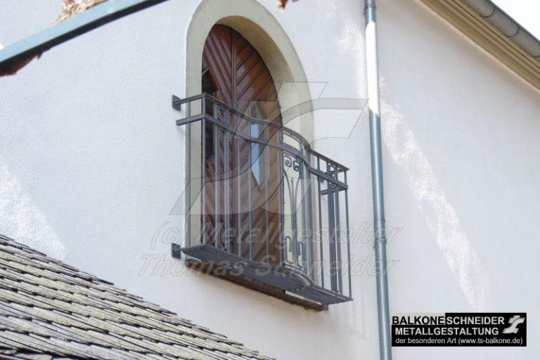"""Der klein aber fein """"französische Balkon"""" ist von uns komplett handgeschmiedet."""