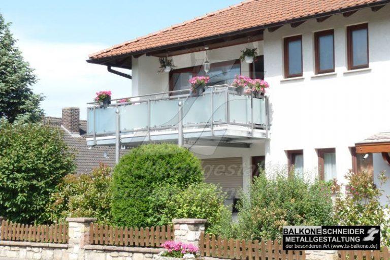 Eine Vergrößerung des vorhandenen Balkons dient beiden Wohnebenen