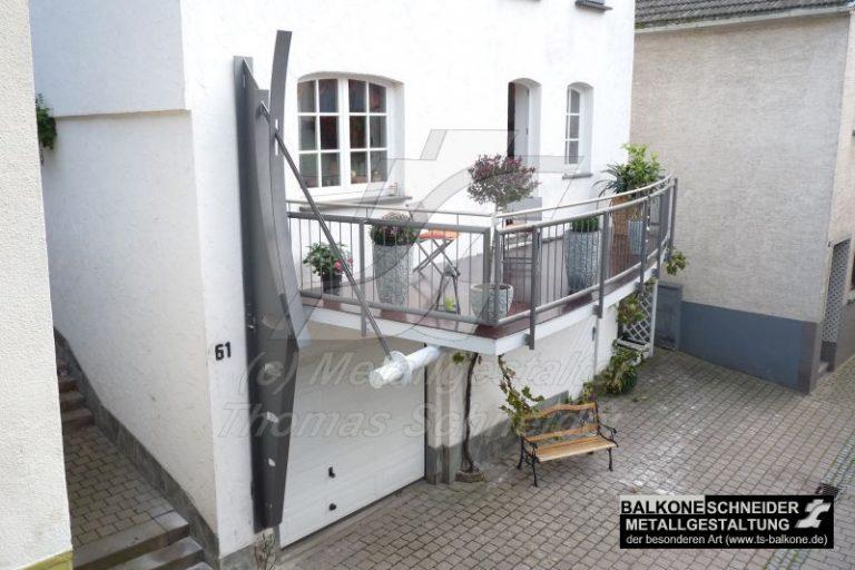 Kann eine Skulptur einen Balkon tragen? Die unter dem freihängenden Balkon liegende Garage ließ keine Stützen zu. Dieser Balkon ist eine Symbiose aus Funktionalität und Design.