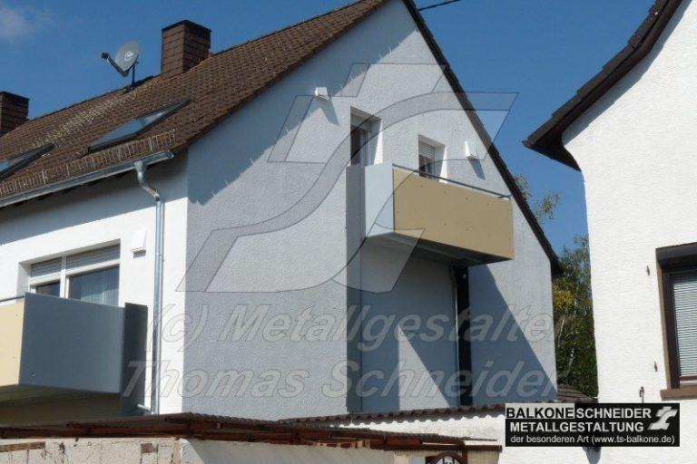 Der frei-hängende Balkon garantiert den gesetzlich vorgeschriebene Abstand zum Nachbargrundstück.