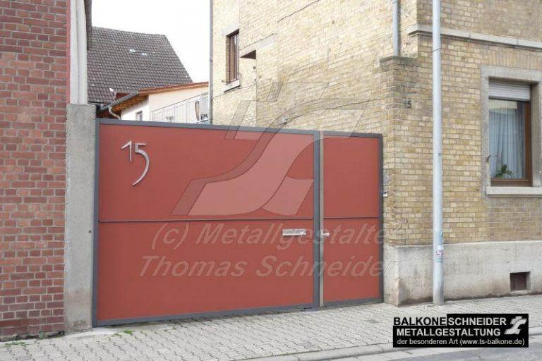 Hoftor in Hechtsheim. Die Hausnummer ist aus Edelstahl geschmiedetet.