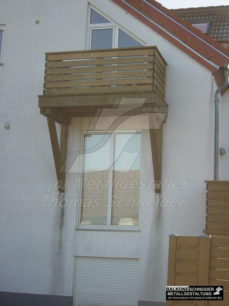 Die Holzstreben leiten das Regenwasser zum Haus