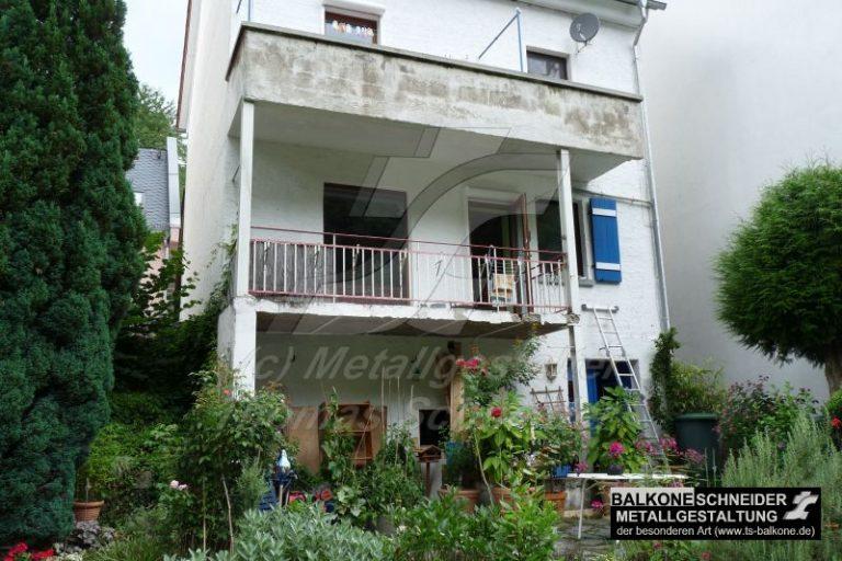 Balkon unten: maroder Beton, gerostete Stahlträger Balkon oben: braucht dringend neue Stützen