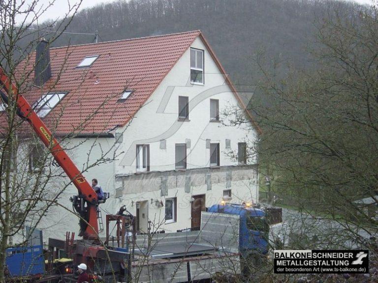 Eine alte Mühle wird zu Wohnungen umgebaut. Was fehlt sind Balkone.