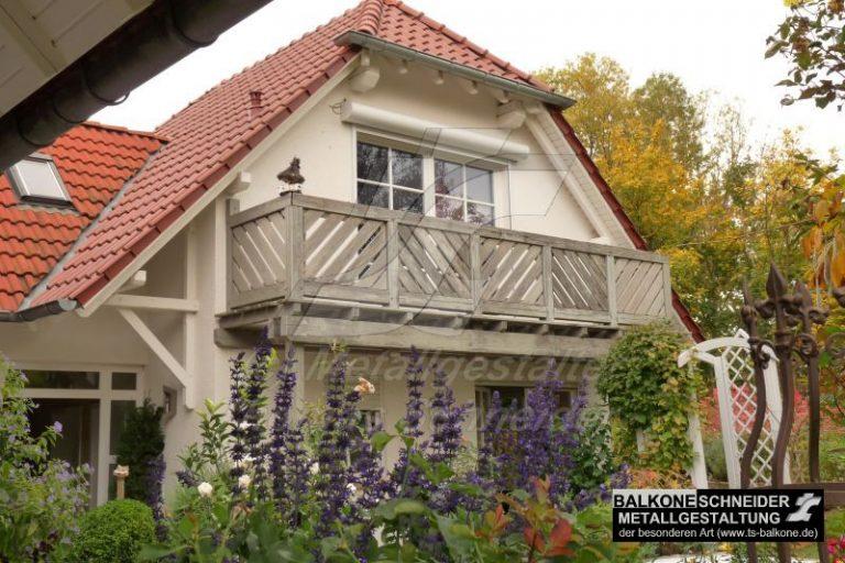 Bei diesem 13 Jahre altes Balkon aus Holz ist der Bodenbelag massiv durchgefault und droht herabzustürzen.