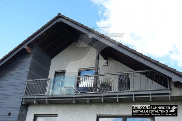 Jedes Haus hat sein individuell gestalterisch angepasstes Geländer