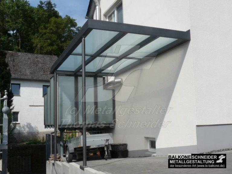Ein schlichtes Vordach, welches sich an in die Gegebenheiten des Hauses anpasst