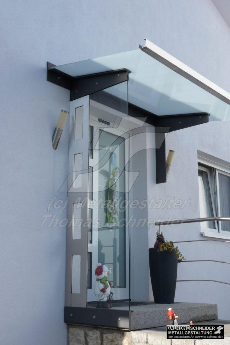Überdachung mit Seitenteil als Windschutz