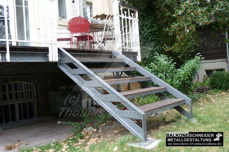Ein Jugendstilgebäude wird durch einen stilgerechten Balkon aufgewertet. Handgeschmiedetes Geländer mit Handlauf aus massiver Eiche mit Treppe in Stil der Gründerzeit