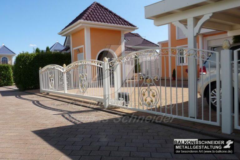geschmiedete und teilvergoldete Grundstückseinfriedung mit Schiebetor