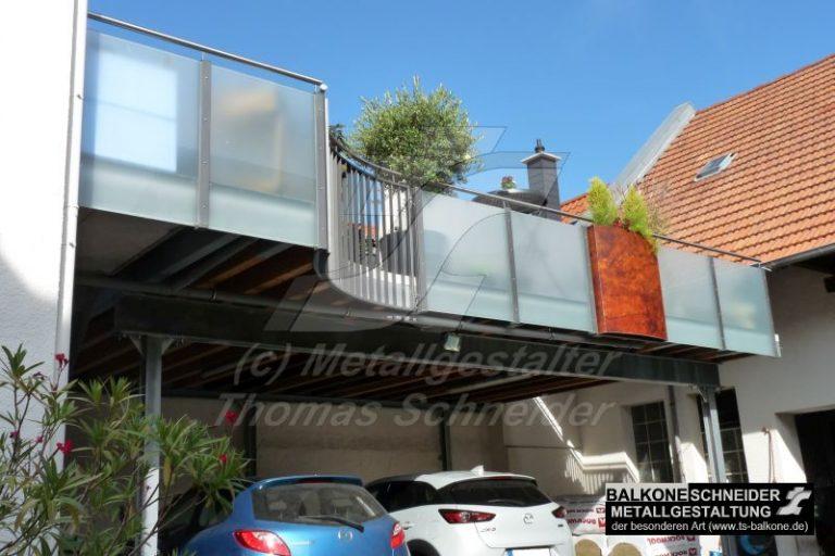 Hier stand einst ein Carport. Aus den Materialien des Carports schufen wir diesen großen Balkon.