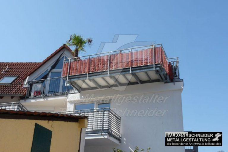 freischwebende Balkonvergrößerung an einem Mehrfamilienhaus